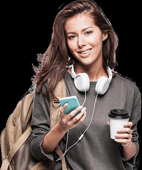 Mulher com celular e café em mãos